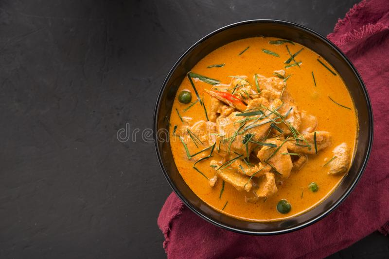 De Thaise kerrie rode soep, de traditie rode kerrie van Thailand met rundvlees, varkensvlees of kippenmenu in Thaise naam is pana stock foto
