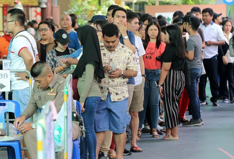 De Thaise kiezers vormen tijdens de gestemde over vooruitgang een rij stock afbeelding