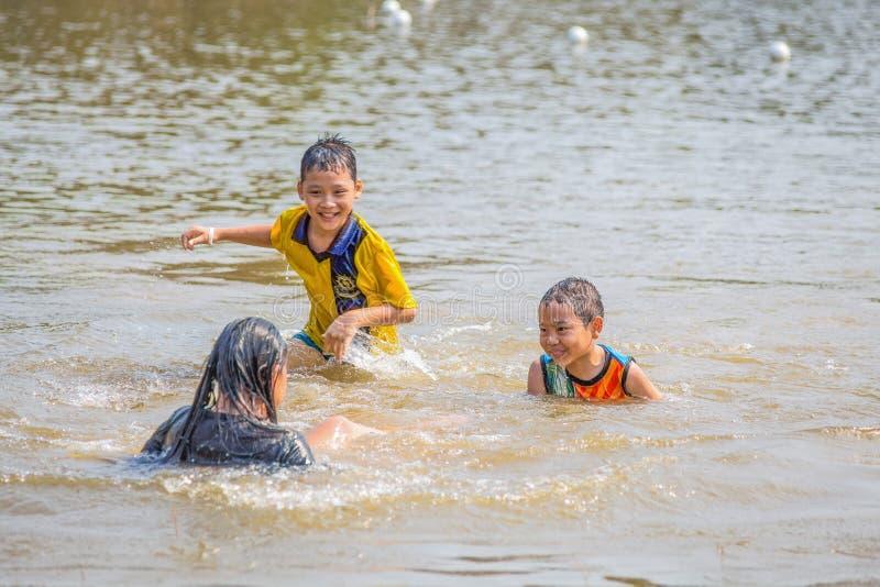 De Thaise kinderen spelen in het water van een meer, Thailand royalty-vrije stock fotografie