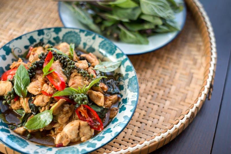 De Thaise kruidige kip van het voedselbasilicum royalty-vrije stock fotografie