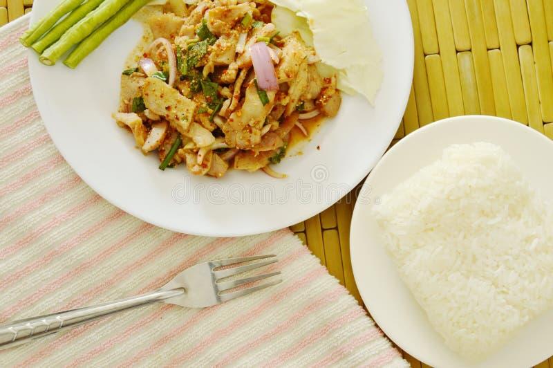 De Thaise kruidige salade van het plakvarkensvlees eet met kleverige rijst en verse groente royalty-vrije stock fotografie