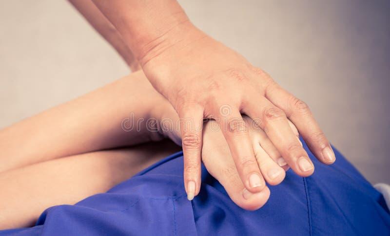 De Thaise Massagemasseur masseert een voet stock fotografie
