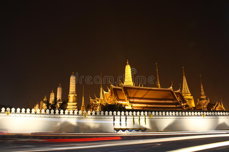 Thaise tempel bij nacht stock foto
