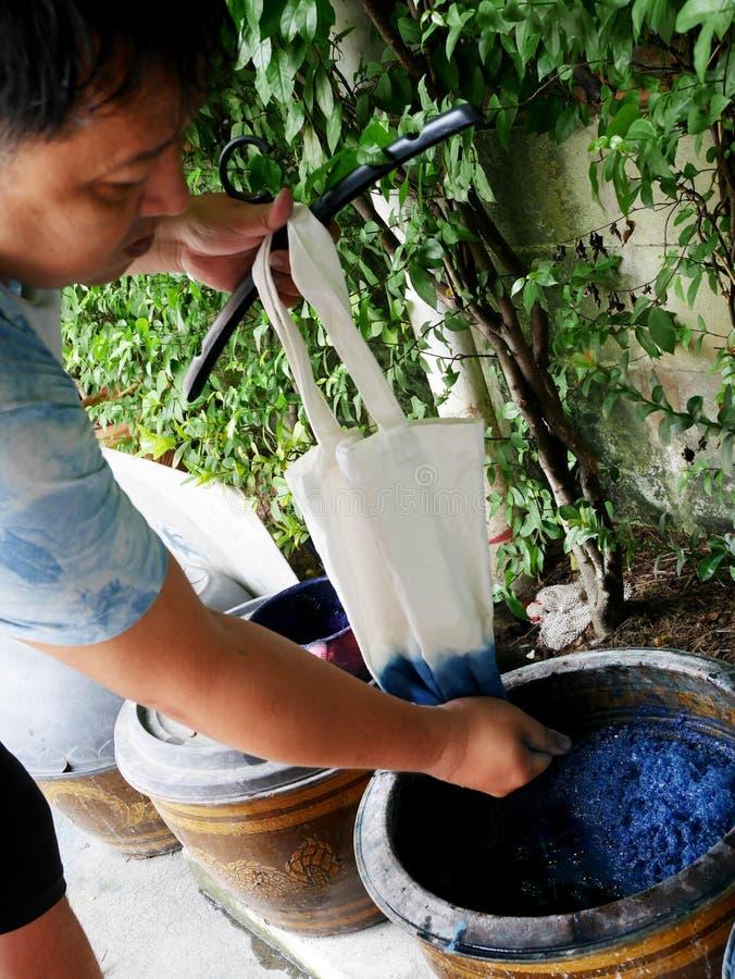 De Thaise mensen binden batik vervend Inheemse Kennis chemische en vloeibare kleurstof Mauhom en indigokleur in pot in Nonthaburi royalty-vrije stock afbeeldingen