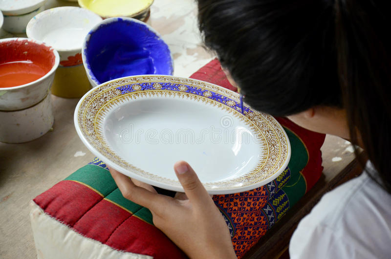 De Thaise mensen die procesverf Ceramische Benjarong woking zijn traditiona royalty-vrije stock afbeeldingen