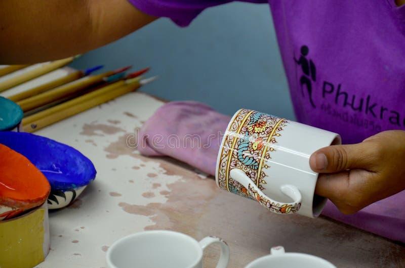 De Thaise mensen die procesverf Ceramische Benjarong woking zijn traditiona stock afbeeldingen