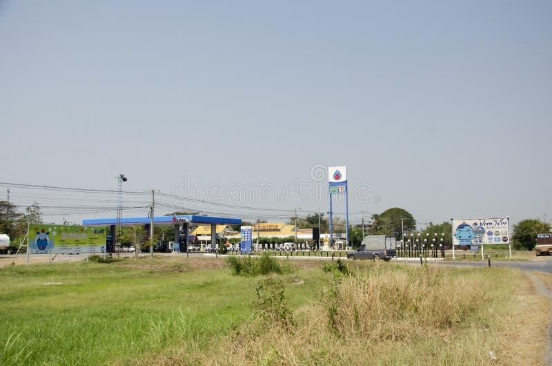 De Thaise mensen drijven auto gaan olie en gas in benzinepost in Ang Thong, Thailand vullen stock afbeeldingen