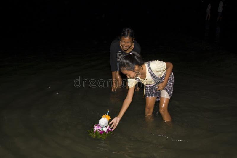 De Thaise mensen drijven op water kleine vlotten (Krathong royalty-vrije stock afbeelding
