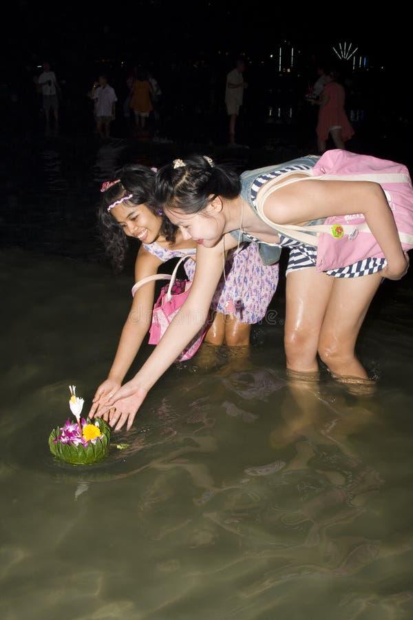 De Thaise mensen drijven op water kleine vlotten (Krathong stock foto's