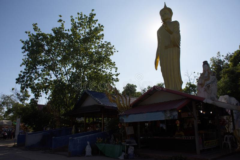 De Thaise mensen reizen bezoek en respecteren het bidden heilig ding in Wat Pa Kham Chanod bij Verbod Kham Chanot in Udon Thani,  stock fotografie