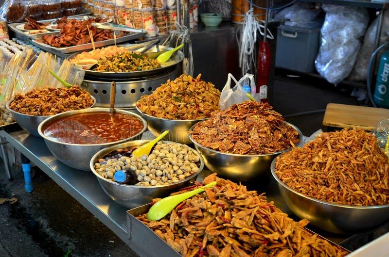 De Thaise mensen reizen en het winkelen het voedsel in Don Wai Floating Market royalty-vrije stock foto's