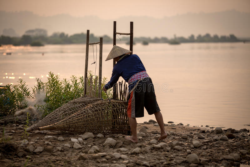 De Thaise mensen zijn visser in Mekong rivier Thailand - Laos is lif royalty-vrije stock afbeeldingen