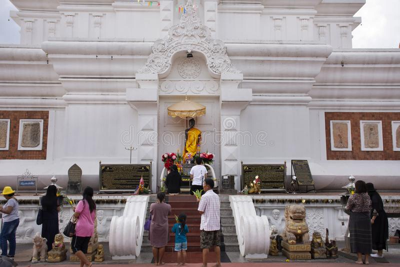 De Thaise mensenreis bezocht en eerbied biddend Phra die Nadoon Chedi of Wat Na Dun Pagoda in Maha Sarakham, Thailand royalty-vrije stock foto