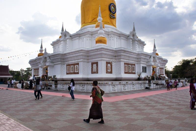De Thaise mensenreis bezocht en eerbied biddend Phra die Nadoon Chedi of Wat Na Dun Pagoda in Maha Sarakham, Thailand stock fotografie