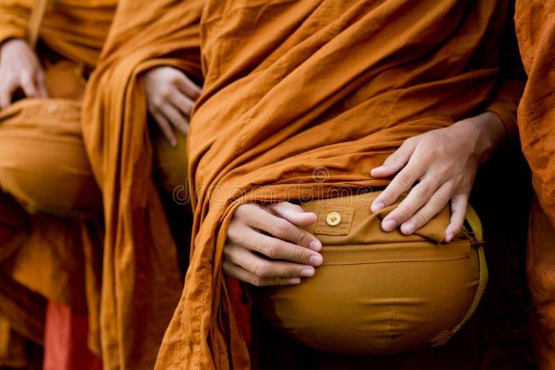 De Thaise monniken van het Boeddhisme bidden royalty-vrije stock afbeeldingen