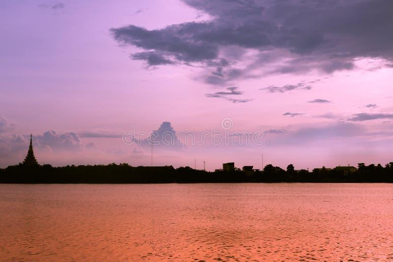 De Thaise naam & x22 van de silhouettempel; Wat Nong Wang & x22; wordt gevestigd in Khonkaen, de mooie hemel van Thailand terwijl stock foto
