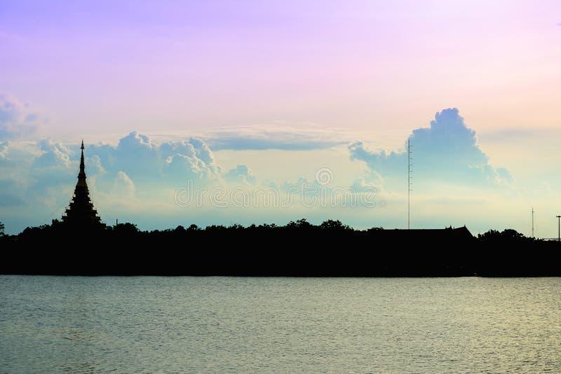 De Thaise naam & x22 van de silhouettempel; Wat Nong Wang & x22; wordt gevestigd in Khonkaen, de mooie hemel van Thailand terwijl stock foto's