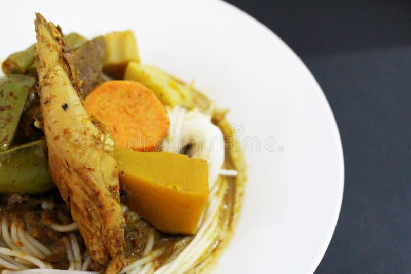 De de Thaise noedels of groente van de rijstbloem gezet naast de kruidige soep van vissenorganen royalty-vrije stock fotografie
