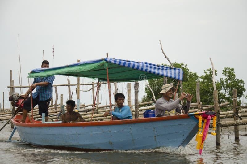De Thaise oude boot van de personenvervoer lange staart brengt mensen naar huis gaat na FI royalty-vrije stock foto's