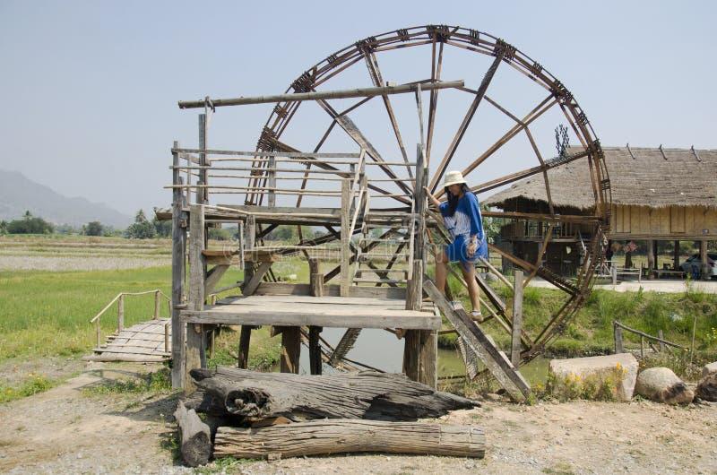 De Thaise reis van vrouwenmensen en het stellen met grote houten turbinebaal royalty-vrije stock afbeeldingen