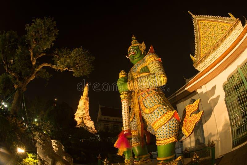 De Thaise Reuzebeschermer van de nachtscène bij vooringang van de `-Ordeningszaal ` in Wat Arun Ratchawararam stock foto's