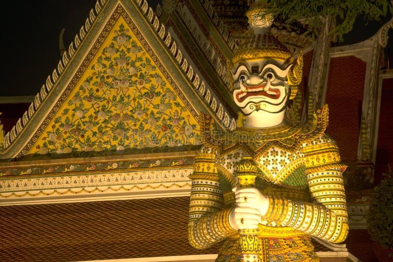 De Thaise Reuzebeschermer van de nachtscène bij vooringang van de `-Ordeningszaal ` in Wat Arun Ratchawararam stock afbeelding
