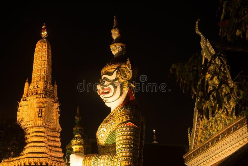 De Thaise Reuzebeschermer van de nachtscène bij vooringang van de `-Ordeningszaal ` in Wat Arun Ratchawararam stock afbeeldingen