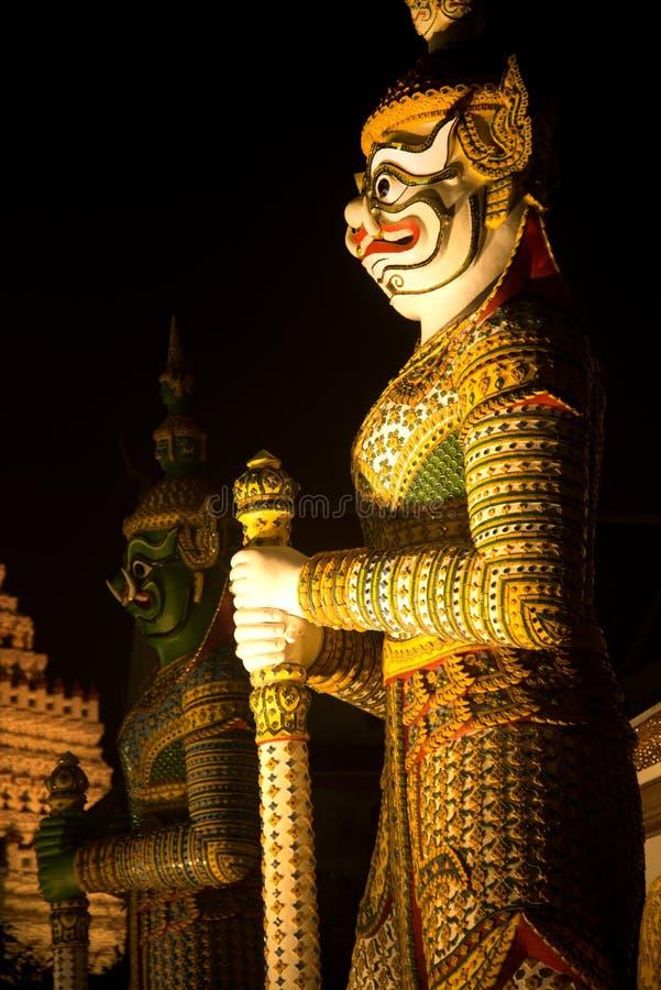 De Thaise Reuzebeschermer van de nachtscène bij vooringang van de `-Ordeningszaal ` in Wat Arun Ratchawararam stock foto