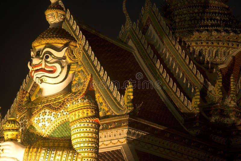 Is de Thaise Reuzebeschermer van de nachtscène bij vooringang van de `-Ordeningszaal ` in Wat Arun Ratchawararam beroemdste Boedd stock fotografie