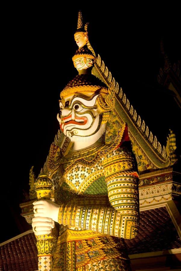 Is de Thaise Reuzebeschermer van de nachtscène bij vooringang van de `-Ordeningszaal ` in Wat Arun Ratchawararam beroemdste Boedd royalty-vrije stock afbeeldingen