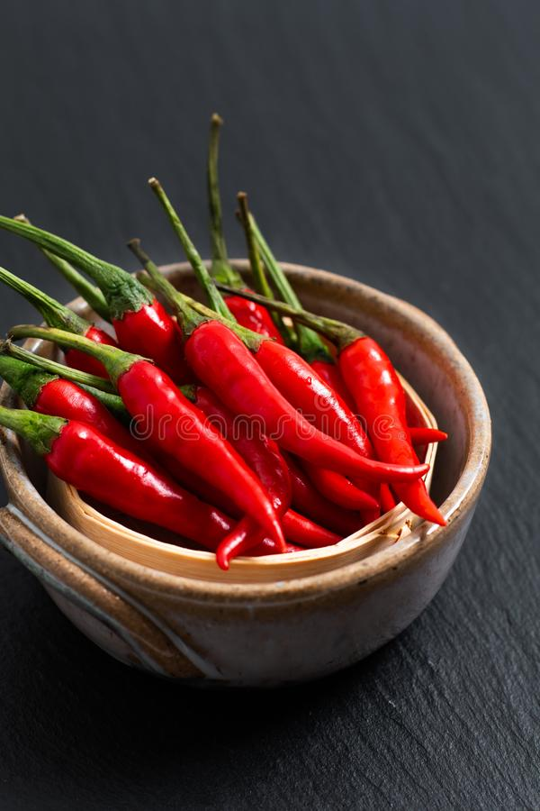 De Thaise rode Spaanse peper van het voedselconcept, Cayennepeper op bamboedienblad met stock afbeeldingen