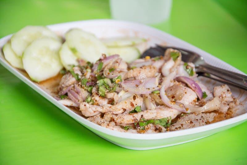 De Thaise salade van het voedsel kruidige varkensvlees, Nam Tok Moo stock afbeelding
