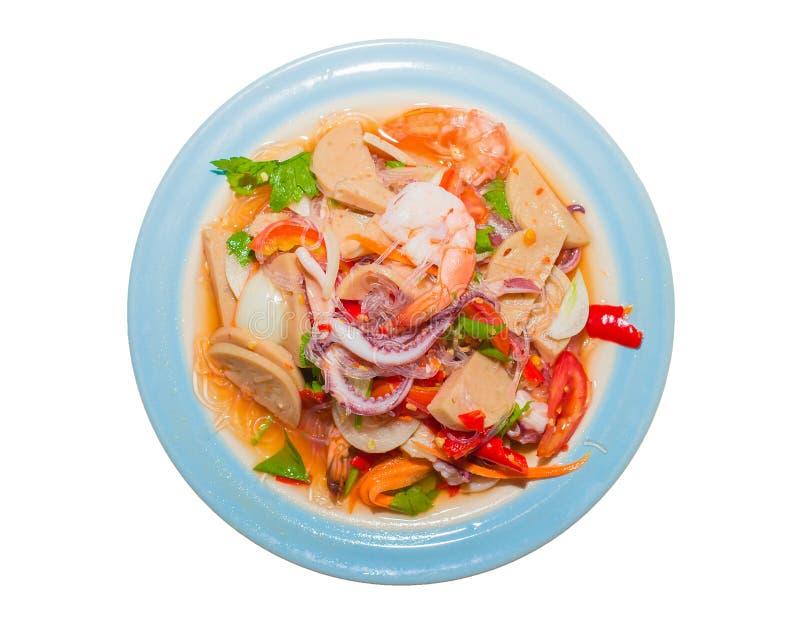 De Thaise salade van de varkensvleesworst garnalen, wortelen, Spaanse pepers, uien, pijlinktvis, op de plaat geïsoleerde witte ac stock foto's