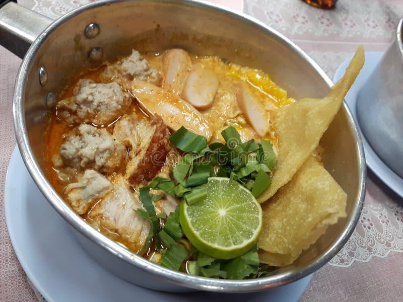 De Thaise stijl van noedeltomyam streetfood stock foto's