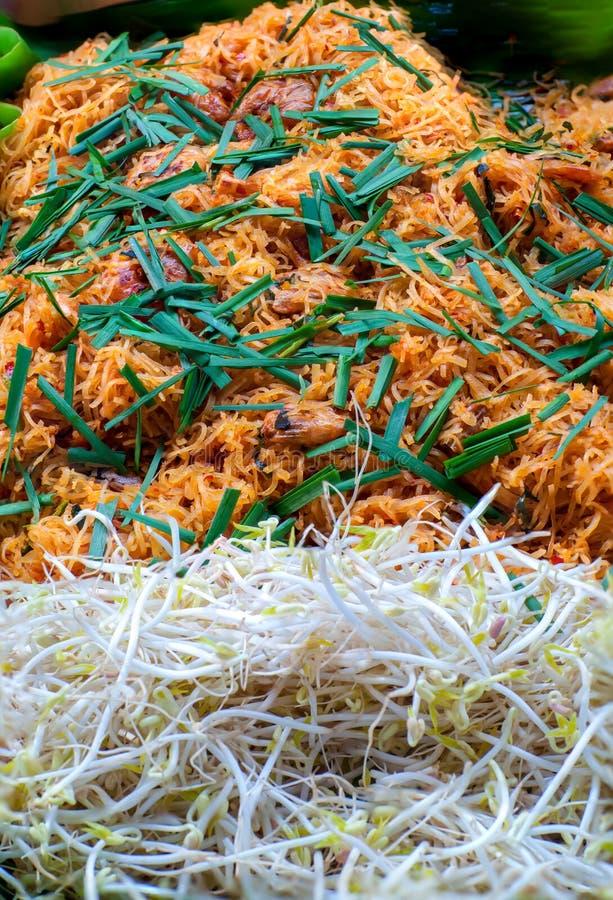 De Thaise stijlnoedels, vullen Thai op Rijstnoedels met garnalen en groentenclose-up op de lijst stock foto