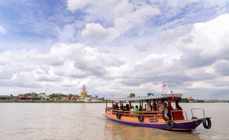 De Thaise veerboot levert passagiers van een andere kant van Choa Pra stock foto's