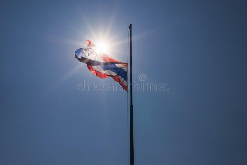 De Thaise vlag werd verminderd aan helft-mast stock afbeeldingen