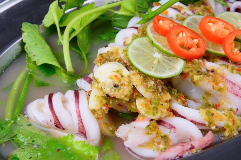 De Thaise voedselnaam is Gestoomde pijlinktvis met citroen royalty-vrije stock foto