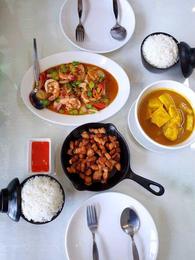 De Thaise voedselstijl, Hoogste mening van kruidige gebraden garnalen met stinkt boon, gebraden varkensvlees, zure soep met snapp stock afbeeldingen