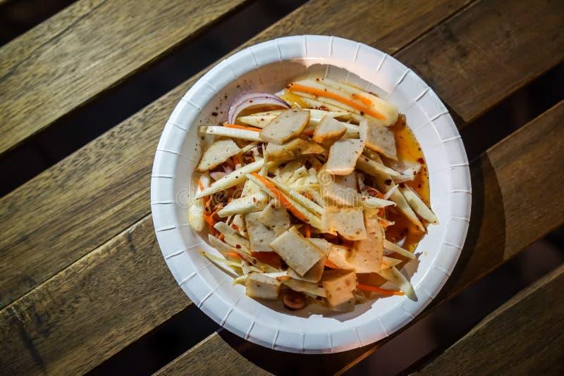 De Thaise Voedselstijl, Isan bewaarde varkensvleesworst die met kruidig en zuur aroma van foodtruckgebeurtenis wordt gekookt stock foto's