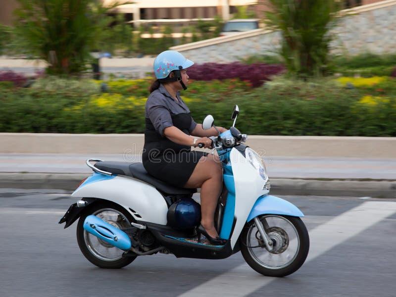 De Thaise vrouw berijdt een autoped. Slechts hoofdartikel. royalty-vrije stock fotografie