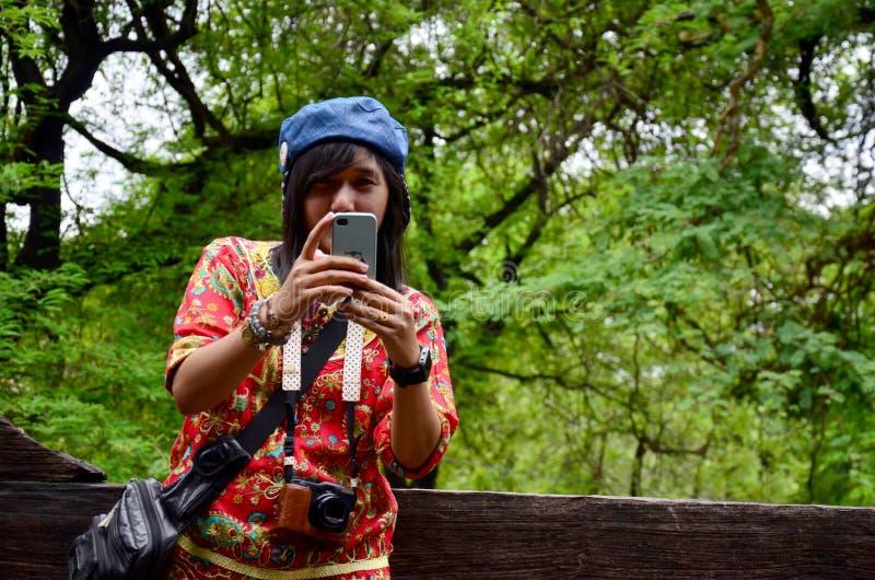 De Thaise vrouwen gebruiken mobiele telefoon schietend foto bij Shwenandaw-Klooster stock afbeeldingen