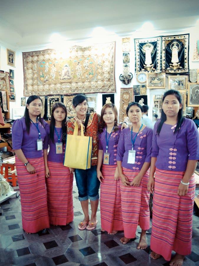 De Thaise vrouwen nemen foto met Birmaanse werknemer royalty-vrije stock afbeeldingen