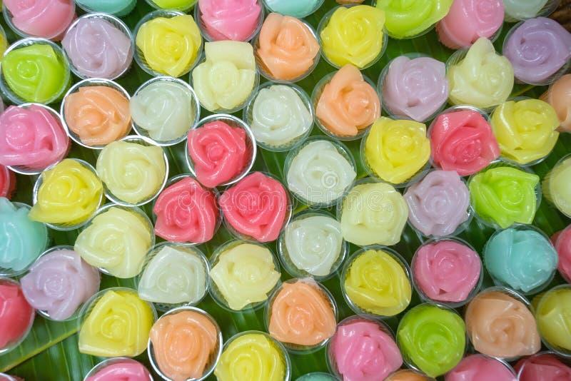 De Thaise zoete gelaagde cake van het hommadedessert in kleurrijke bloemen patt stock afbeeldingen