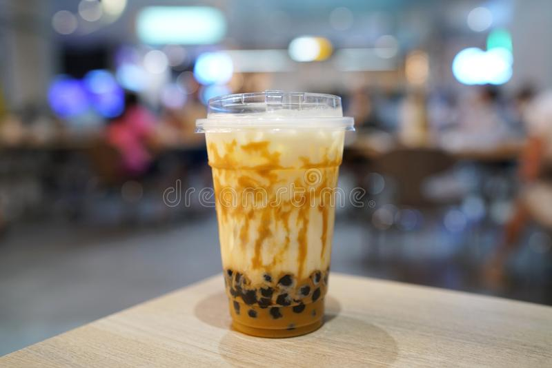 De Thee die van de bellenmelk - een plastic glas van verse melk met gezouten eisaus en hete zwarte parel Boba op vage achtergrond royalty-vrije stock foto's