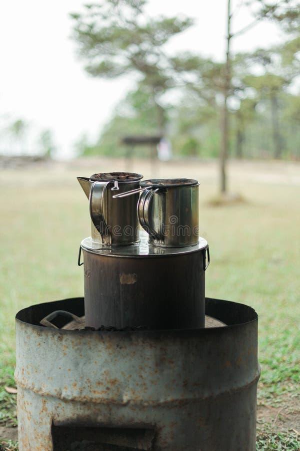 De thee en de koffie worden vaak gezien zeer weinig ouderwets in deze era stock foto's