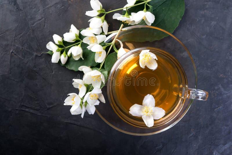 De thee van de jasmijn met jasmijnbloemen royalty-vrije stock afbeelding