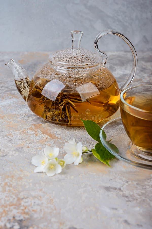 De thee van de jasmijn met jasmijnbloemen stock afbeeldingen