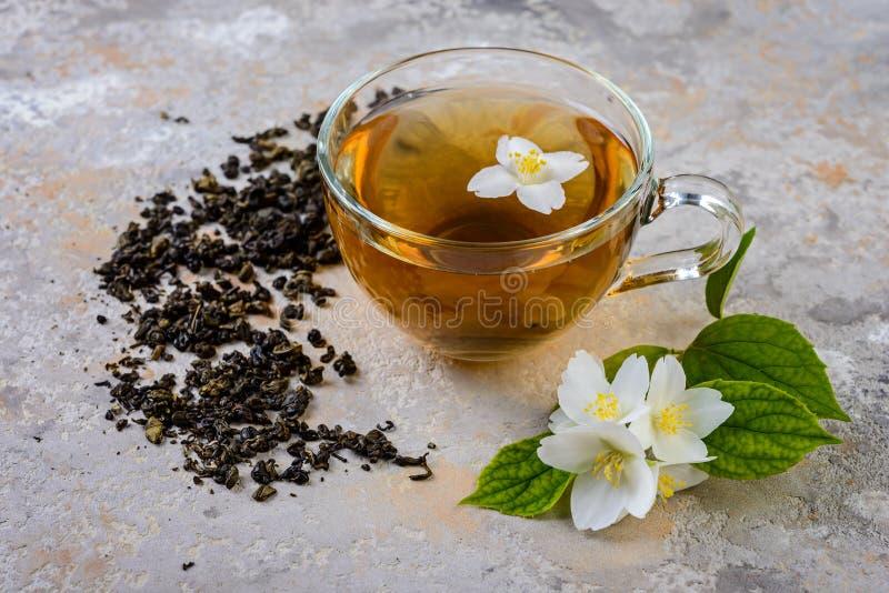 De thee van de jasmijn met jasmijnbloemen royalty-vrije stock foto