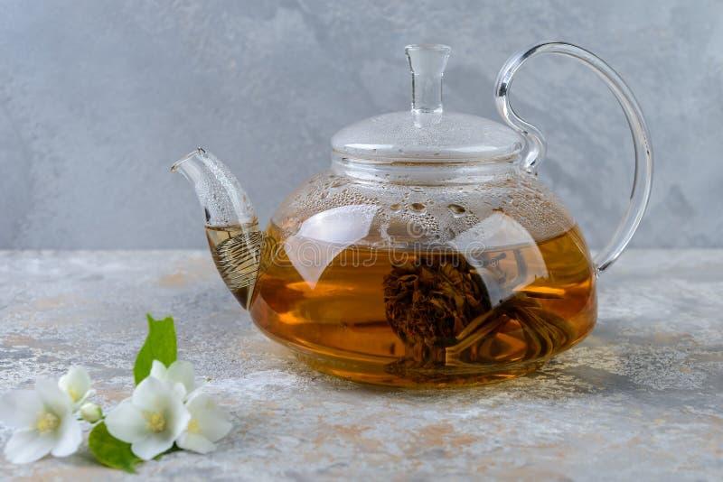 De thee van de jasmijn met jasmijnbloemen stock foto